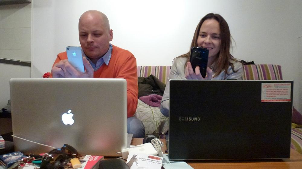 Roman et Haydée avec leur portable