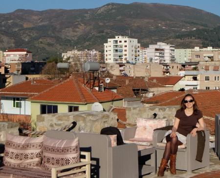 Centre ville d'Elbasan en Albanie au milieu des montagnes