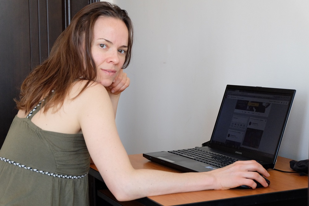 Haydée avec un regard entendu devant son ordinateur
