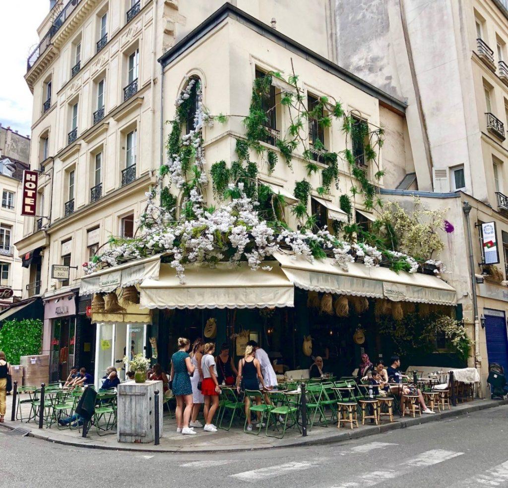 restaurant parisien en fleurs